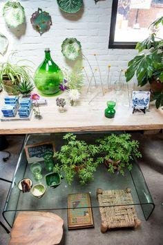 keramiek van lokale keramiste, houten tafel door lokale timmerman en vintage finds in de Sip&Clara pop up store foto gemaakt door Maarten van der Wal