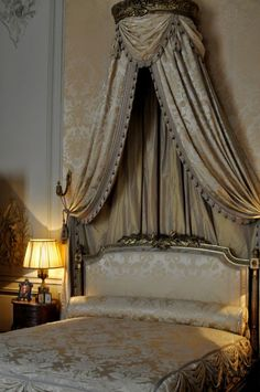 paris bedroom decor - Internal Home Design Paris Bedroom, Home Bedroom, Bedroom Decor, Dream Bedroom, Dream Furniture, Bedroom Furniture, Bed Crown Canopy, French Decor, Beautiful Bedrooms