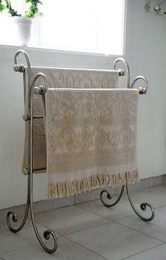 Dette lekre stativet for håndklær har et romantisk design. Iron Furniture, Steel Furniture, Home Decor Furniture, Diy Home Decor, Furniture Design, Room Decor, Decoration Chic, Wrought Iron Decor, Deco Design