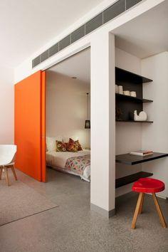 comment aménager la demeure avec un esprit loft, porte en bois orange, chaise en bois
