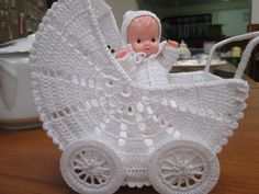háčkovaný kočárek Crochet Mat, Crochet Doll Pattern, Thread Crochet, Crochet Dolls, Crochet Patterns, Baby Sweater Patterns, Baby Patterns, Crochet Furniture, Crochet Placemats