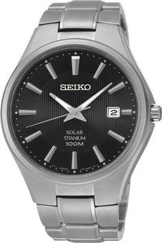 Seiko Herenhorloge Solar titanium SNE377P1. Kaliber 157. Een in titanium uitgevoerd horloge. Het horloge is voorzien van lichtgevende wijzers en index, zodat u ook in het donker kan zien hoe laat het is. De zwarte wijzerplaat functioneert tevens als zonnecel. Het horloge wordt dus door het zonlicht, of door ander licht, opgeladen. Als het horloge geheel opgeladen is heeft het een energiereserve van 10 maanden. Dus de batterij hoeft nooit verwisseld te worden.