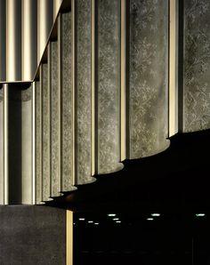 Detalle del encaje estampado en la fachada. Nottingham Contemporary por Caruso St John Architects. Fotografía © Helene Binet. Señala encima ...