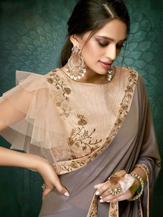 Products Brown Georgette Plain Saree mit Designer-Bluse What To Look For When Buying Gold Jewelry Go Choli Blouse Design, Saree Blouse Neck Designs, Fancy Blouse Designs, Bridal Blouse Designs, Saree Blouse Models, Net Saree Blouse, Mehndi Designs, Collection Eid, Designer Blouse Patterns