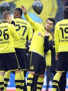 Das Startelf-Debüt von Nuri Sahin beim BVB ging gründlich in die Hose. Meister Dortmund verlor im eigenen Stadion mit 1:4 gegen den Hamburger SV. (Foto: Kevin Kurek/dpa)