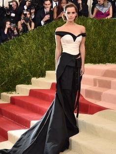 Kleid oder Hose? Emma Watson entschied sich für beides: Die 26-Jährige trug eine Schwarz-Weiß Kombination aus Korsage, Hose und einer langen Schleppe von Calvin Klein. Ihr Outfit wurde aus recycelten Plastikflaschen gefertigt, die zu Garn weiterverarbeitet wurden.