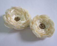 Conjunto de 2 tic-tacs de flores de cetim bege. Servem para crianças e adultos.