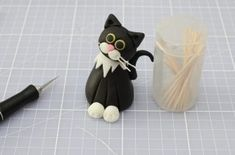 This recipe makes one 3 inch tall fondant cat, ideal to decorate cakes or cupcakes. With their inquisitive expressions and cute whiskers, these little cake toppers make perfect party decorations for kids' birthdays or novelty bakes. Cake Decorating Icing, Fondant Decorations, Birthday Cake Decorating, Cake Decorating Techniques, Decorating Ideas, Birthday Cake For Cat, Novelty Birthday Cakes, Fondant Figures Tutorial, Cake Topper Tutorial