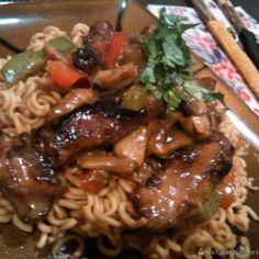 Danie tajskie z wieprzowiną Spaghetti, Curry, Ethnic Recipes, Food, Curries, Meals, Yemek, Noodle, Eten