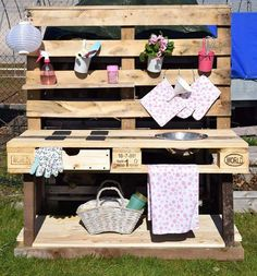 DIY Matschküche - Elas Dekoideen You are in the right place about palette diy outdoor Here we offer Diy Garden Projects, Diy Pallet Projects, Pallet Kids, Wood Projects, Furniture Projects, Diy Mud Kitchen, Palette Diy, Outdoor Furniture Plans, Yard Furniture