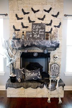 15 Incredible DIY Halloween Decorations DIY Spooky Chic Halloween Mantle from Lillian Hope Designs. The post 15 Incredible DIY Halloween Decorations appeared first on Aida Biermann. Halloween 2018, Porche Halloween, Fete Halloween, Halloween Boo, Holidays Halloween, Halloween Treats, Happy Halloween, Classy Halloween, Halloween Season