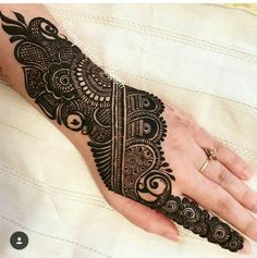 We have Arabic new mehndi designs plane for you. The simple Arabian mehndi design is for beginners. Henna Hand Designs, Mehndi Designs Finger, Full Mehndi Designs, Mehndi Designs For Beginners, Mehndi Design Pictures, Mehndi Designs For Girls, Mehndi Designs For Fingers, Stylish Mehndi Designs, Wedding Mehndi Designs