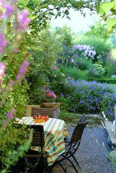 ich mag Blumen *lach* ....sehr! Obwohl es nach viel Arbeit aussieht betreibe ich lazy Gardening. Ich mulche alle Beete mit Grasschnitt und anfallendem Schnittgut, das hilft enorm, und giessen muss ich dann auch nicht. Die meisten Stauden sind schneckensicher.