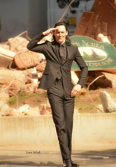 Tom Hiddleston as Loki on the set of Thor: Ragnarok. Via Torrilla Tom Hiddleston Loki, Thomas William Hiddleston, Marvel Actors, Loki Thor, Marvel Avengers, Loki Laufeyson, Loki Aesthetic, Loki Wallpaper, Bucky