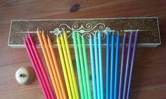 Čakrové svíčky s vypáleným liniovým ornamentem Toto je mnou vymyšlená a sestavená sada čakrových svíček v dárkové masivní dřevěné krabičce s vypáleným ornamentem a také s ručně vyráběným dřevěným stojánkem na tyto svíčky. Dárková sada obsahuje: 21 ks svíček (délka svíček 28 cm! a průměr 8 mm) v čakrových barvách po třech kusech od každé (červená, ...