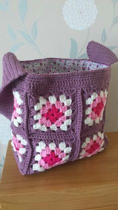 15 Crochet Drawstring Bag Free Patterns There are many different variations of this drawstring bag we want to show you, they all can store and hold all sorts of accessories. Crochet Drawstring Bag, Crochet Backpack, Crochet Tote, Crochet Handbags, Crochet Purses, Crochet Crafts, Crochet Projects, Knit Crochet, Crocheted Bags