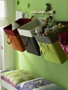 Im Kinderzimmer oder an der Garderobe sorgen Körbe für mehr Ordnung.
