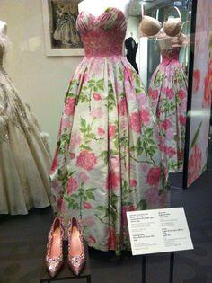 Floral '50s Balmain ballgown Vintage Style, Retro Vintage, Vintage Fashion, Historical Dress, Delta Zeta, Pierre Balmain, Ball Gowns, 1950s, Formal Dresses