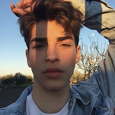 [we will walk away from empty gold] Tumblr Boys, Fotos Tumblr Boy, Beautiful Boys, Pretty Boys, Beautiful People, Aesthetic Boy, Aesthetic Pictures, Manu Rios Fernandez, Jaw Line