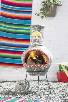 """Șemineul exterior El Sol amintește de cultura hispanică, inspirând pasiune și energie pozitivă. Culorile sale vii, precum și motivul soarelui vor umple grădina sau terasa dumneavoastră de căldură și voie bună, indiferent de anotimp. """"Gura"""" sa roșie, plină de flăcări jucăușe amintind de creaturi mitice, îi va atrage pe toți ai casei în jurul său și îi va inspira la povești și discuții antrenante. Exterior, Design, Clays, Sun, Haciendas, Outdoor Rooms"""