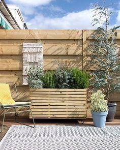 De zon schijnt, tijd om lekker aan de slag te gaan in de tuin! Deze DIY plantenbak brengt gelijk sfeer. Op karwei.nl/inspiratie vind je het…