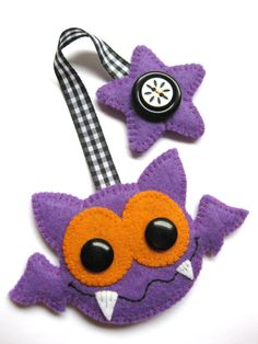 Bookmark Bat by LadybHandmade on Etsy Halloween Ornaments, Felt Ornaments, Holidays Halloween, Halloween Crafts, Halloween Decorations, Bat Craft, Felt Bookmark, Manualidades Halloween, Felt Books