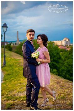 Sedinta foto de cuplu • Fotograf nunta Bridesmaid Dresses, Wedding Dresses, Studio, Couple Photos, Fashion, Bridesmade Dresses, Bride Dresses, Couple Shots, Moda