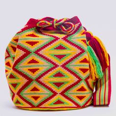 Handmade Hermosa Wayuu bags are rare art. Only small amounts are made because of the complexity & method to produce a single Hermosa Wayuu Bag. Type: Bucket Bag