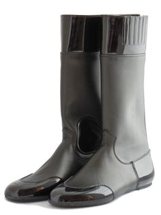 LEATHER SHAFT RACE BOOTS  Made from premium grade leather with clarino toe piece, heel piece and top band. Made for jockeys to be worn on race day, they are a slightly heavier boot for jockeys who prefer a firmer boot. Comes in separate pull-on and zip-up styles. Flexible grip rubber sole and hard sole options are available.  Available at www.murtaghridingboots.com.au.