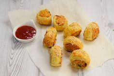 So delicious and easy to make the kids will want them everyday. Chicken Sausage Rolls, Vegetarian Tart, South African Recipes, Fresh Coriander, Biryani, Freundlich, Curry Recipes, Quick Meals