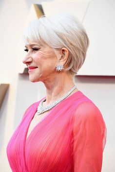 Once again, Helen Mirren has killed it on a red carpet. Mens Hairstyles Thin Hair, Medium Bob Hairstyles, Older Women Hairstyles, Hairstyles For Round Faces, Hairstyles Over 50, Office Hairstyles, Anime Hairstyles, Stylish Hairstyles, Hairstyles Videos
