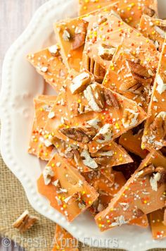 Pumpkin Butterscotch Bark: An easy bark made with pumpkin spice candy melts, butterscotch chips, and chopped nuts. Great for Halloween goodie bags! Source by goodies bags Pumpkin Recipes, Fall Recipes, Holiday Recipes, Candy Recipes, Snack Recipes, Cookie Recipes, Homemade Pita Chips, Thanksgiving Treats, Holiday Treats
