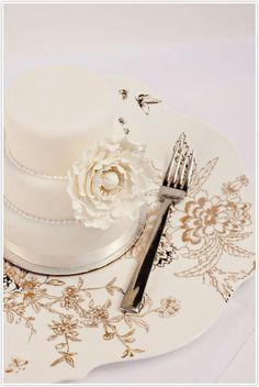 Loving this De Beers photoshoot sneak peek from Camille Styles featuring a mini white wedding cake on a stunning Jasper Conran Chinoiserie Platinum charger. #registry