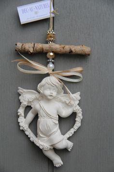 Ange en plâtre à parfumer avec du bois brut, rubans et jolies perles à suspendre : Accessoires de maison par dec-au-naturel