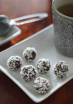 A raw version of the Swedish coconut and cacao treat called kokosboll Easy Cake Recipes, Candy Recipes, Dessert Recipes, Desserts With Oats, Raw Vegan, Vegan Vegetarian, Vegan Candies, Raw Cacao Powder, Cacao Beans