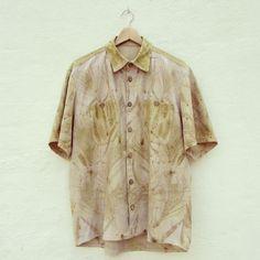 Camisa de hombre ecoprintado. Casuarina y eucalipto sobre bourette de seda.