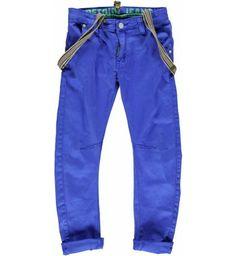 Mooie chino van Retour Jeans met hippe (afneembare) bretsels. Aan de voorkant zitten twee steekzakken en op de achterkant twee paspelzakken met klep en knoop. De broek is in de taille verstelbaar dmv elastiek. Model: Chino, curved  Retour Jeans Danzel www.kidsindustry.nl