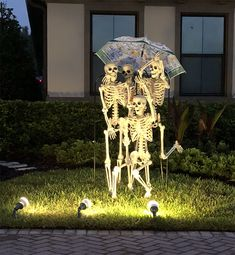 Girl Notices Her Neighbor's Halloween Skeletons Are Playing Out A New Scenario Every Day, And It's Hilario Halloween Snacks, Halloween Outside, Halloween Skeleton Decorations, Halloween Porch, Halloween Skeletons, Outdoor Halloween, Halloween Season, Holidays Halloween, Halloween Crafts