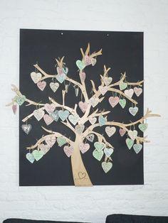 Gastenboek voor een bruiloft Op ieder hartje kan een wens worden geschreven voor het bruidspaar en in de boom worden gehangen.