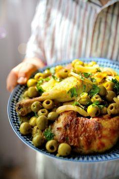 Le poulet aux olives & citron confit est une de mes recettes marocaines préférées. C'est un plat facile et plein de saveurs que je peux aussi bien faire pour un déjeuner en petit comité, que pour recevoir des convives, ça plait simplement au plus grand...
