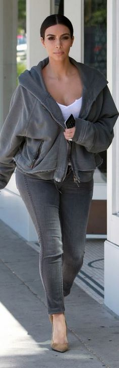 Who made  Kim Kardashian's gray sweatshirt, skinny jeans, and tan suede pumps?