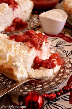 White Christmas Pie – A Family Feast® White Christmas Pie – A creamy coconut pie flavored with vanilla and almond, topped with whipped cream and strawberries! Easy and delicious! No Bake Desserts, Just Desserts, Delicious Desserts, Delicious Chocolate, Impressive Desserts, Cold Desserts, Fancy Desserts, Healthy Desserts, Christmas Desserts