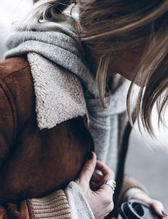 Veste en shearling + sweat à capuche = le bon mix (photo Jacqueline Mikuta)