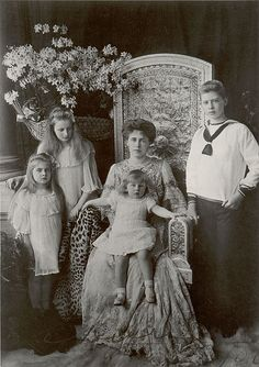 Crown Princess (later Queen) Marie of Romania and her 4 eldest children. From left, Princess Marie (later Queen of Yugoslavia), Princess Elisabeth (later Queen of Greece), Prince Nicholas, and Prince Carol (later King Carol II). Romanian Royal Family, Romanian Girls, Royal House, Royal Jewels, Royal Weddings, Prince And Princess, Queen Victoria, King Queen, Old Photos
