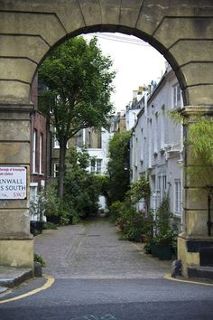 Mews in Kensington, London. Just wander - so many unexpected places to find. London Eye, London City, Big Ben, Kensington And Chelsea, Kensington London, Places To Travel, Places To See, London Architecture, England And Scotland