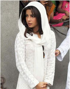 Priyanka Chopra IS WEARING MAKE UP. Whoever can't tell is an idiot or a guy