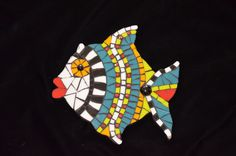 I love doing fish mosaics. It is so fun to see each one develop his own personality. Mosaic Animals, Mosaic Birds, Mosaic Wall, Mosaic Glass, Mosaic Crafts, Mosaic Projects, Mosaic Ideas, Fish Patterns, Mosaic Patterns