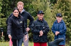Welly Wanging el típico juego inglés que divirtió a Harry y Meghan Harry And Meghan, Travel And Leisure, Rain Jacket, Windbreaker, Jackets, Hilarious, Down Jackets, Anorak Jacket, Jacket