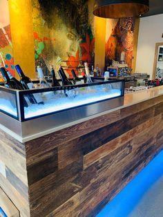 Neueröffnung einer Wein Boutique, die Besitzer entschieden sich für eine tolles Design der Bar, Verkleidung aus Altholz Seinerzeit. #hafroparkett #hafroedleholzböden #parkett #böden #gutsboden #landhausdiele #bödenindividuellwiesie #vinyl #teakwall #treppen #holz #nachhaltigkeit #inspiration Salzburg, Boutique, Vinyl, Dining Table, Flooring, Inspiration, Bar, Furniture, Home Decor