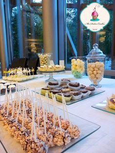mesa dulce con popcakes krispies, de chocolate y limon, brownies